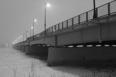 Den svartvita bron i dimman i vinter - lagerföra fotoet arkivbilder