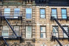 Den svartvita fasaden av en gammal byggnad med fönster och e Arkivfoto