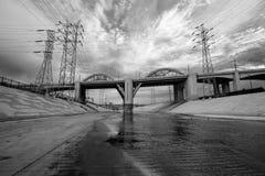 Den svartvita Los Angeles floden och gamla 6th gatabron Arkivbild