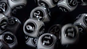 Den svartvita lotterit klumpa ihop sig i en maskinultrarapid arkivfilmer