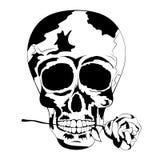 Den svartvita mänskliga skallen med steg i munnen Tatueringskalle Royaltyfri Bild