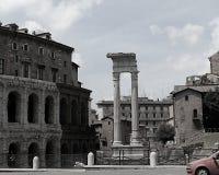 Den svartvita sikten på fördärvar av teater av Marcellus och templet av Apollo Sosiano i Rome royaltyfri bild