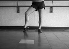 Den svartvita versionen av jazzdansaren poserar med foten i pik royaltyfri foto
