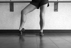 Den svartvita versionen av jazzdansaren poserar med foten i pik royaltyfri fotografi