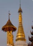 Den Swedagon pagoden på skymning Arkivbild