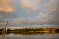 Den Swietokrzyski bron över Vistula River i Warszawa Arkivfoto