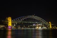 Den Sydney hamnen överbryggar på natten Fotografering för Bildbyråer