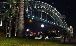 Den Sydney hamnen överbryggar på natten Arkivfoton
