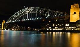 Den Sydney hamnen överbryggar på natten Arkivbild