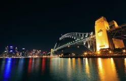Den Sydney hamnen överbryggar på natten Royaltyfri Bild