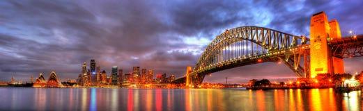 Den Sydney hamnen med operahuset och överbryggar Arkivbilder