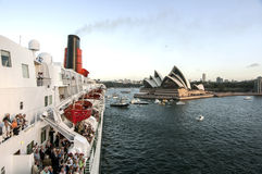 Den Sydney hamnen med operahuset - panorama som tas på 19 av Februari 2007 under för kryssningskepp för drottning Elizabeth 2 bes Royaltyfri Foto