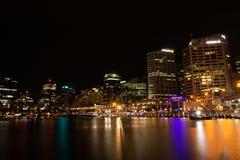 Den Sydney horisonten på natten arkivfoton