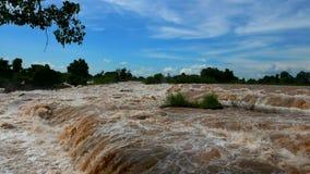 Den sydostliga Asia's största vattenfallet lokaliseras i sydliga Laos i en aeria som kallas 4000 öar arkivfilmer