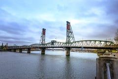 Den sydvästliga Hawthorne Bridge sikten från strand parkerar portland Royaltyfri Foto