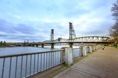 Den sydvästliga Hawthorne Bridge sikten från strand parkerar portland Royaltyfri Fotografi