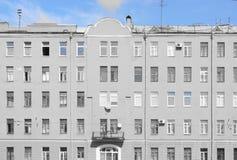 Den symmetriska byggnaden med en balkong, ett val av blått Arkivbild