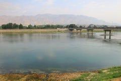 Den Syr Darya floden i den Khujand staden, Tadzjikistan Arkivbilder
