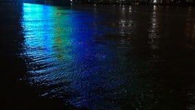 Den tända spången reflekterar det Ohio River Louisville Kentucky centret stock video
