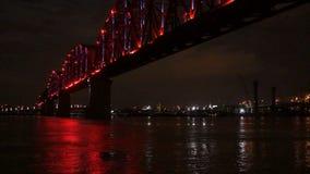 Den tända spången reflekterar det Ohio River Louisville Kentucky centret lager videofilmer