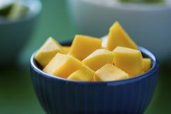 Den tärnade mango i blått bowlar, med thailändsk matbakgrund Royaltyfri Foto