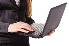 den täta datoren hands tangentbordbärbar dator som skrivar upp Arkivbild