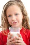 den täta dricka flickan mjölkar upp barn Royaltyfri Fotografi