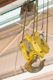 den täta kroken lyfter upp yellow Fotografering för Bildbyråer