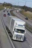 den täta stora lastbilen ups Arkivbild