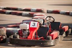 Den tävlings- bilen på vägen Arkivbild