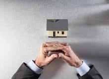 Den tålmodiga arkitekten eller egendomsägaren räcker väntande på husutveckling Royaltyfri Bild