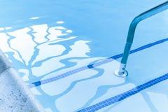 Den tömda simbassängen hänrycker royaltyfri bild