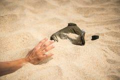 Den törstiga mannen fördjupa hans hand till flaskan Fotografering för Bildbyråer
