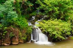 Den Tad Pha Souam vattenfallet, Laos. Arkivfoto