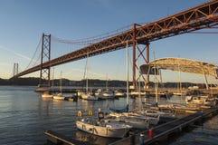 Den Tagus River bron på gryning Arkivfoton