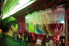 Den Take-out alkoholcoctailgatan shoppar Royaltyfria Foton