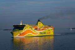 Den Tallink färjan går över golfen av Finland Royaltyfri Fotografi