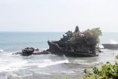 Den Tanah lotttemplet är en av Bali's mest viktiga gränsmärken Arkivbilder