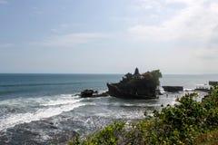 Den Tanah lotttemplet är en av Bali's mest viktiga gränsmärken Royaltyfri Bild