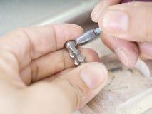 Den tand- teknikeren arbetar med articulatoren i metallstruktur Arkivfoton