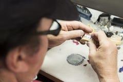 Den tand- teknikeren Working On 3D skrivev ut formen för tandimplantat Arkivbilder