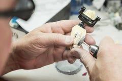 Den tand- teknikeren Working On 3D skrivev ut formen för tandimplantat Royaltyfri Fotografi