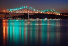Den Tappan Zee bron reflekterar i Hudson River Arkivfoto