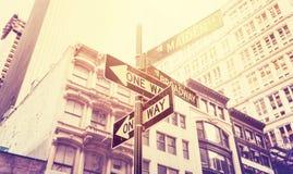 Den tappning stiliserade gatan undertecknar in Manhattan, New York, USA Arkivbilder