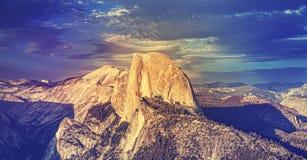 Den tappning tonade solnedgången ovanför halvakupol vaggar i Yosemite Royaltyfri Bild