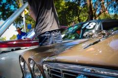 Den tappningJaguar bilen, bilden visar den klassiska logoen av den Jaguar tigern i krom 3D på bilhuven i motorisk show Royaltyfri Bild