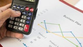 Den Taschenrechner mit Unternehmensplan schreibend, tapezieren Sie Weinleseart Stockbilder