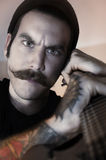 Den tatuerade Rockabilly grabben rymmer gitarren arkivbild