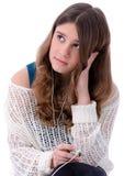 Den Teen brunetten lyssnar mp3 Arkivfoto