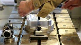 Den teknikerIn Factory With lärlingen kontrollerar del- kvalitet arkivfilmer